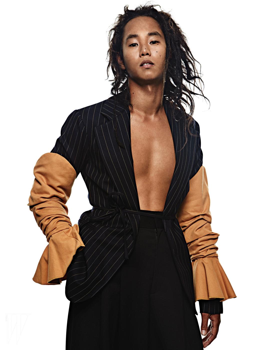 셔링 장식 핀 스트라이프 재킷은 Jacquemus by Tomgreyhound, 검정 와이드 팬츠는 Juun.J 제품.