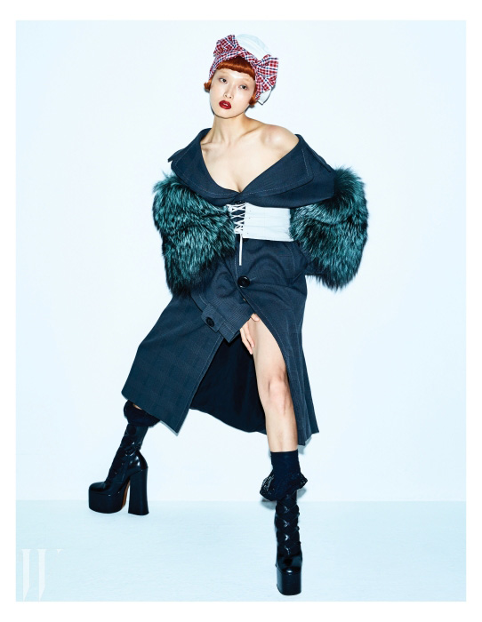 소매에 퍼가 장식된 코트와 플랫폼 부츠는 Marc Jacobs, 두툼한 코튼 소재의 모자와 코르셋은 Prada 제품.