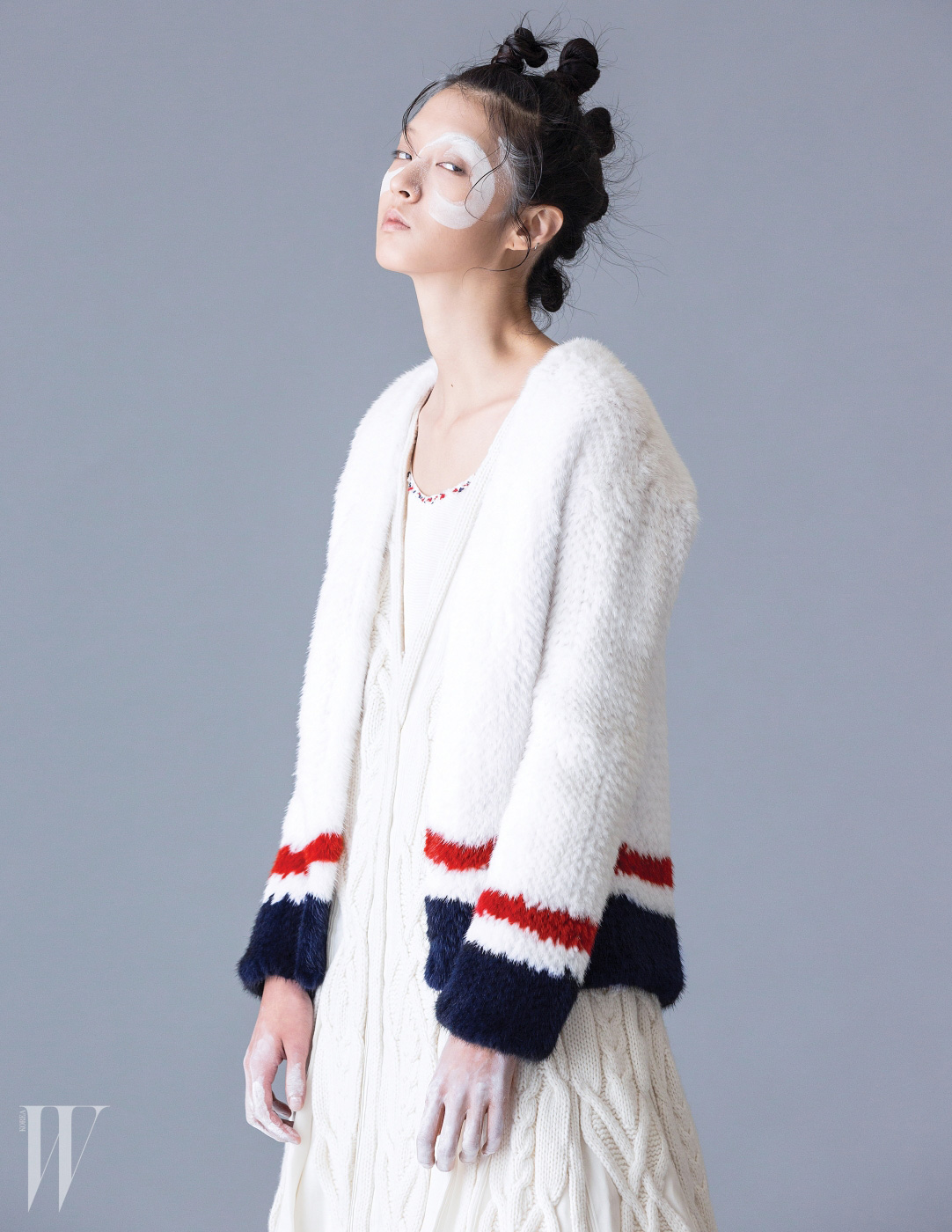 페티코트 스타일의 언더드레스와 독특한 짜임의 니트 드레스, 브랜드 특유의 삼선을 소매에 장식한 밍크 니트 카디건은 모두 Thom Browne 제품.