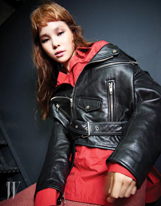 재킷, 빨강 셔츠, 스커트는 모두 발렌시아가 제품. 가격 미정.