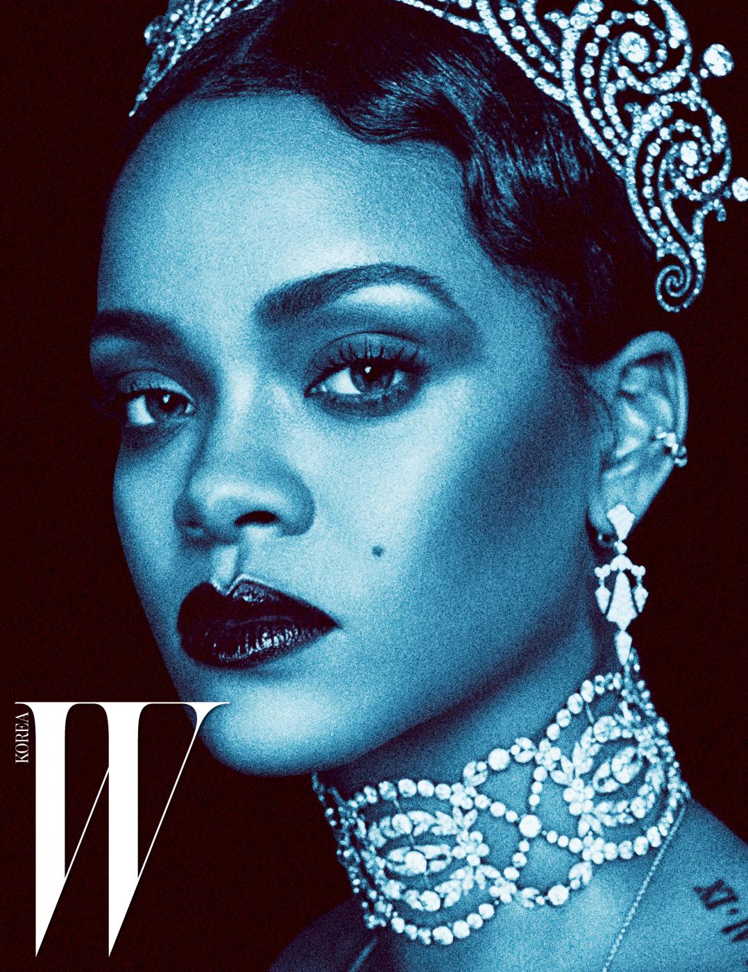 다이아몬드를 세팅한 티아라와 드롭형 귀고리, 초커 형태의 목걸이는 Cartier,  커프형 귀고리는 리한나의 소장품.