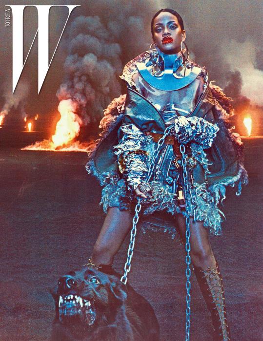 드레스는 Maison Margiela Haute Couture Created by  John Galliano, 지퍼 장식 케이프는 리한나의 소장품.  귀고리는 Jennifer Fisher, 목 장식은 Rachel Freire,  뷔스티에는 Fannie Schiavoni, 갈색 벨트와 키 체인, 레이스업 부츠는  모두 Prada, 왼쪽 손에 낀 반지는 Fallon 제품.