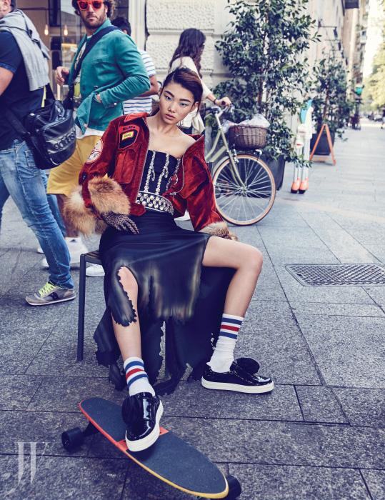 불에 탄 듯한 스커트 자락이 독특한 드레스와 벨트는 Moschino, 퍼 소매 장식 벨벳 재킷은 Miu Miu, 꽃 장식 슬립온은 Roger Vivier 제품.