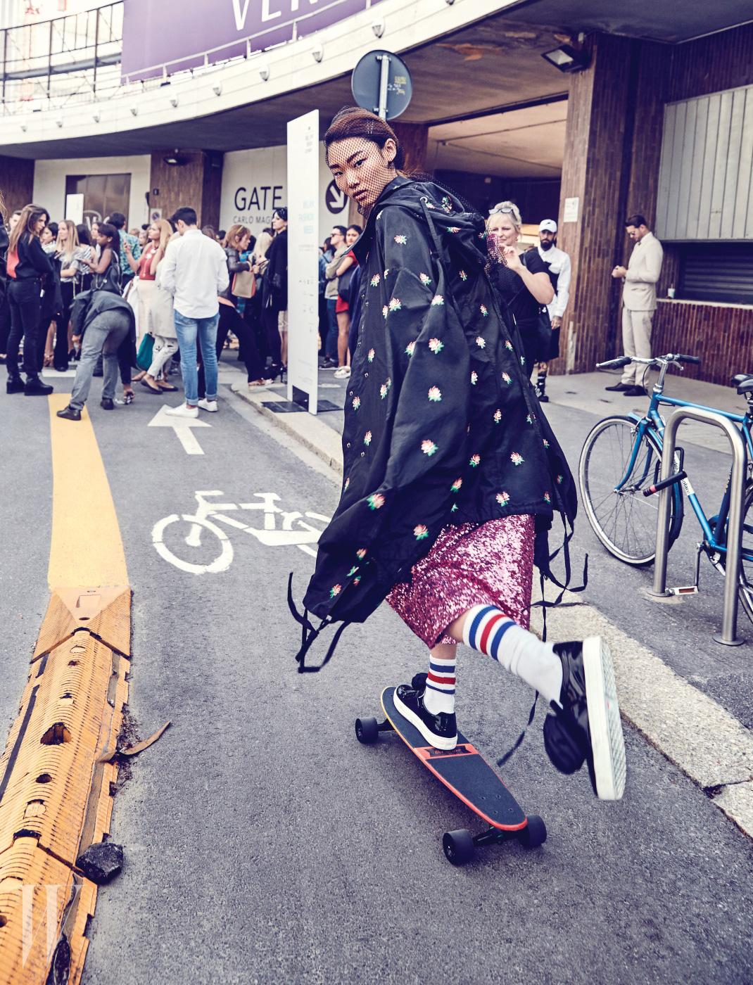 재킷은 Ports 1961, 시퀸 드레스는 Fleamadonna, 꽃 장식 슬립온은 Roger Vivier 제품.