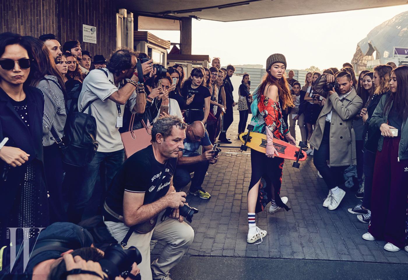 재킷은 Gucci, 드레스는 Versace, 비니는 Nonagon, 스니커즈는 Saint Laurent 제품. 화보에 등장하는 스케이트보드는 모두 Dolly Noire 제품.
