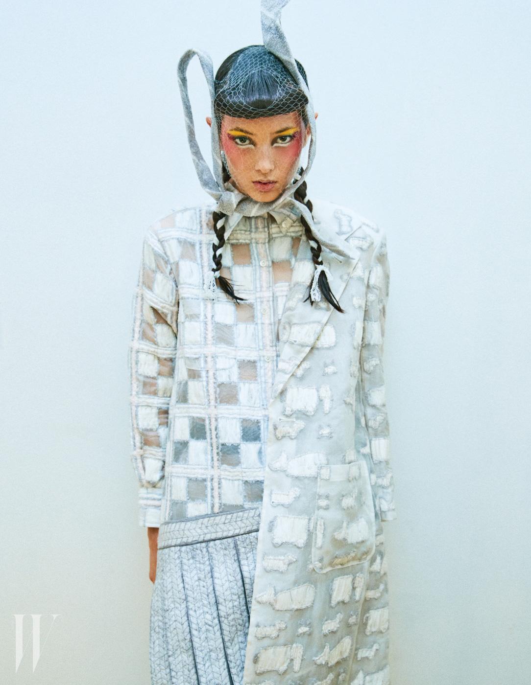 격자무늬 오간자 셔츠와 테일러드 코트, 주름 스커트가 한꺼번에 붙어 있는 듯한 독특한 디자인의 원피스 드레스, 넥타이를 변형해서 만든 헤드피스는 모두 Thom Browne 제품
