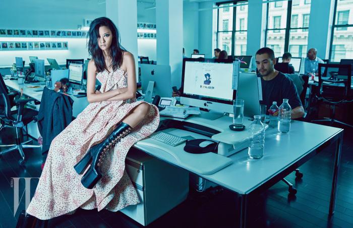 가슴의 폴딩 장식과 드라마틱하게 넓은 헴라인이 특징인 롱 드레스는 Rosie Assoulin, 굽이 높은 플랫폼 부츠는 Marc Jacobs 제품.