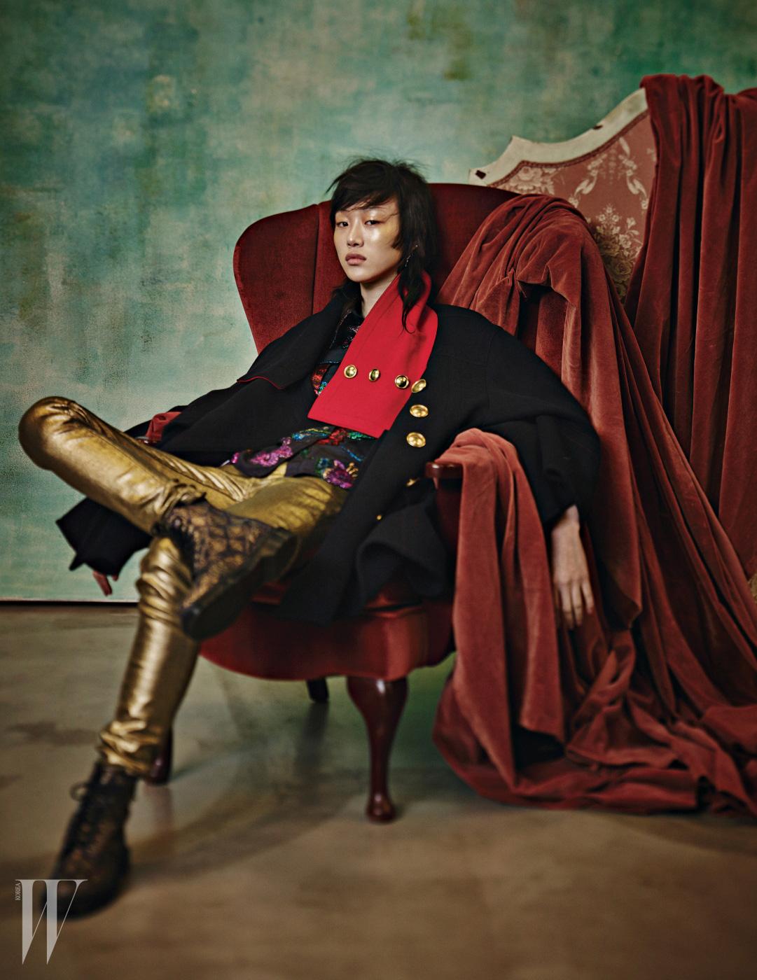 실크 자카드 문양의 셔츠와 금빛 단추 장식의 오버사이즈 코트는 Burberry, 금빛 데님 팬츠는 Ralph Lauren Collection, 화려한 패턴의 레이스업 부츠는 Dr. Martens 제품.