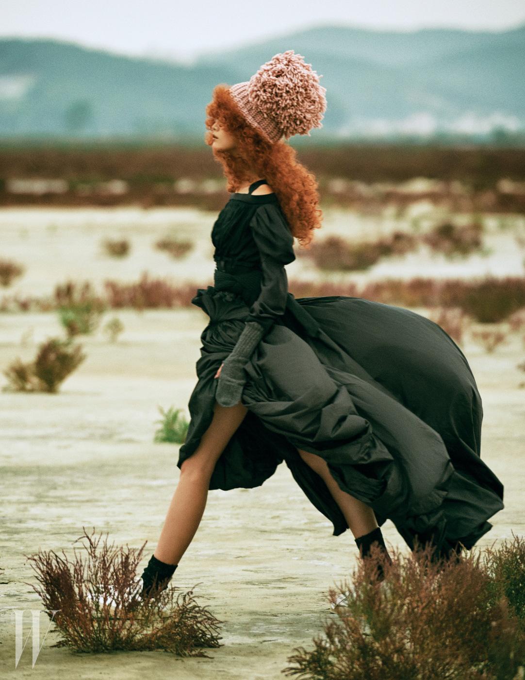 풍성하게 퍼지는 드레스와 오프숄더 니트 톱은 루이 비통 제품. 가격 미정. 허리에 두른 검정색 니트 머플러는 조셉 제품. 가격 미정. 털실 장식 분홍색 니트 모자는 페데리카 모레티 by 아마빌리아 제품. 14만원.
