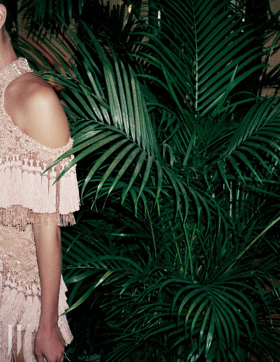 아이린이 입은 진주 장식 드레스, 콘스탄스 자블론스키가 입은 태슬과 레이스로 이루어진 미니 드레스는 모두 Balmain 제품.