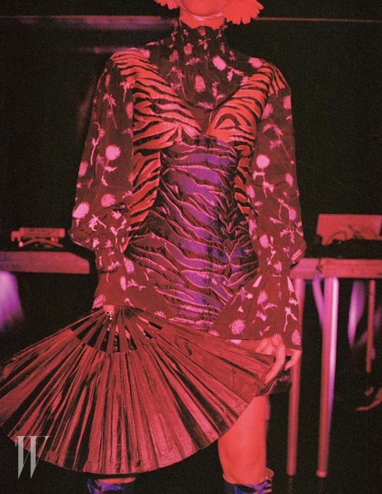 꽃무늬 스모킹 블라우스와 호랑이 무늬가 조합된 미니 드레스, 벨벳 소재의 호랑이 무늬 부츠는 Kenzo 제품.