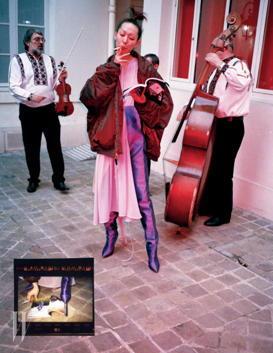연보라색 시스루 드레스, 오버사이즈 항공점퍼, 새틴 소재의 보라색 사이하이 부츠는 모두 Vetements 제품.