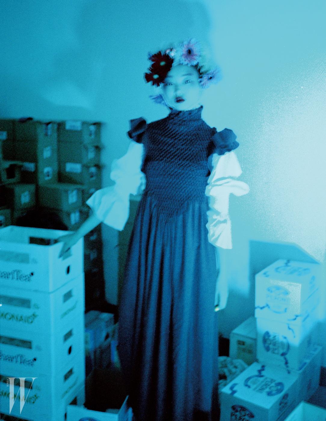 소매가 넓은 중세풍 블라우스, 칼라가 높이 올라오는 스모킹 주름 장식 드레스, 호랑이 무늬 부츠는 모두 Kenzo 제품.
