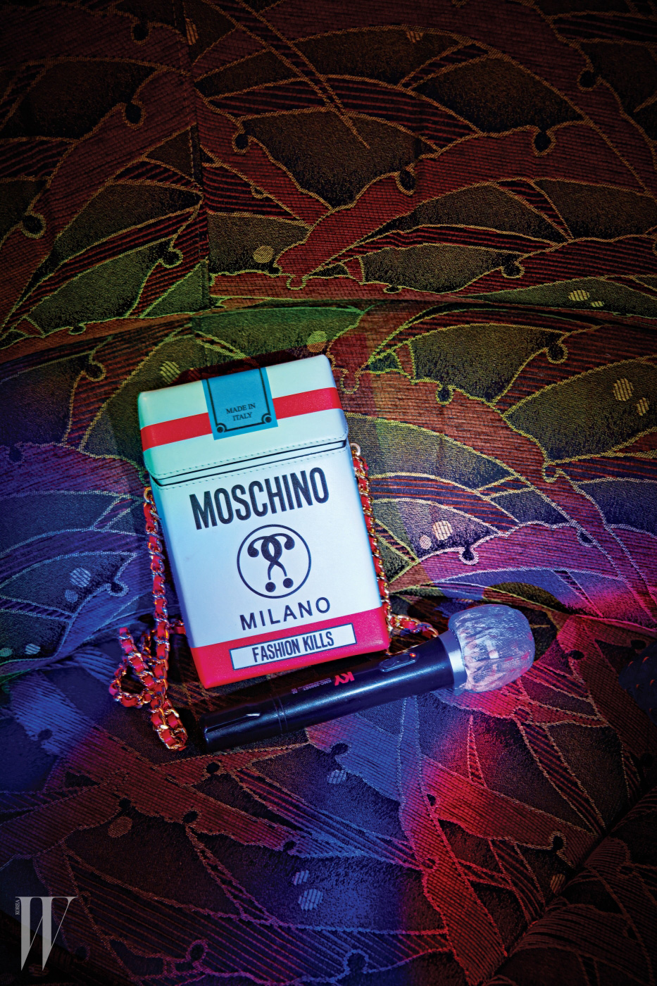 담뱃갑 모양의 체인 미니 백은 모스키노 제품. 97만원.