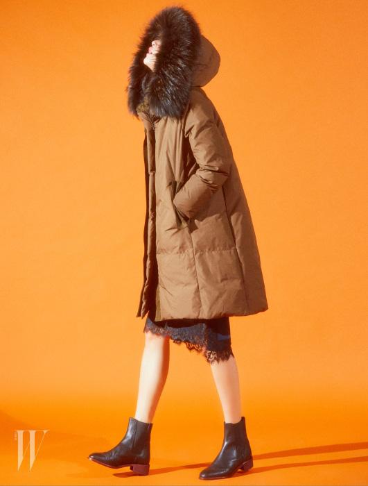 풍성한 모피를 장식한 카키 패딩 코트, 레이스 디테일의 실크 스커트, 첼시 부츠는 모두 Kuho 제품.