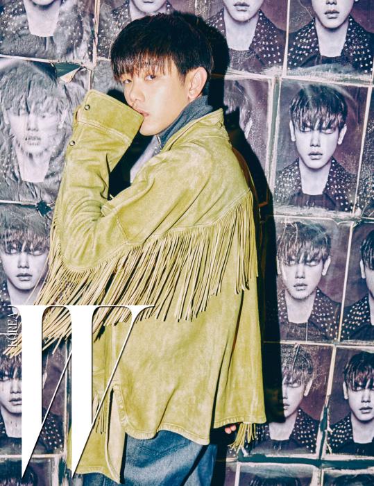 소매와 등판에 술을 장식한 스웨이드 재킷은 페이스 커넥션 by 톰그레이하운드, 회색 터틀넥은 J.W. 앤더슨. 데님 팬츠는 로에베 제품.