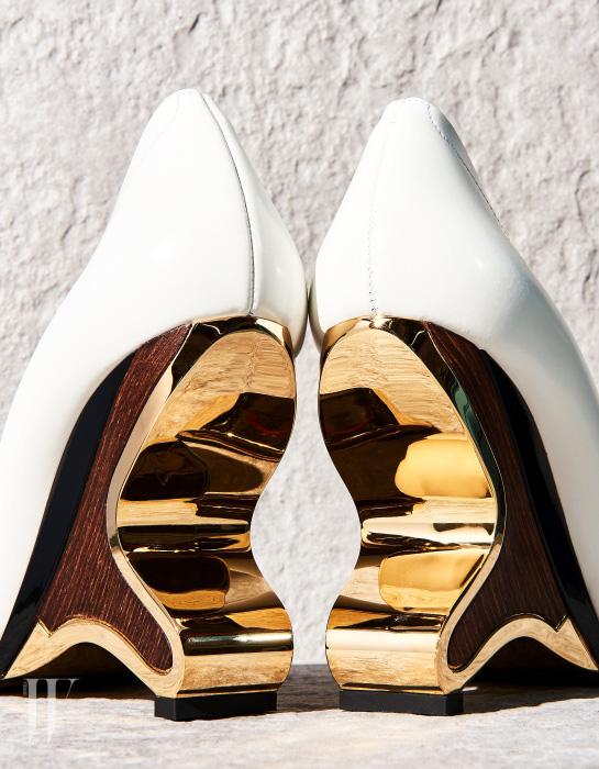 금속과 나무를 조합한 유선형의 독특한 웨지힐은 마르니 by 분더샵 제품. 1백75만원.