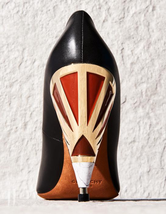 음각한 형태가 인상적인 깔때기 모양의 구두는 지방시 제품. 1백49만원.