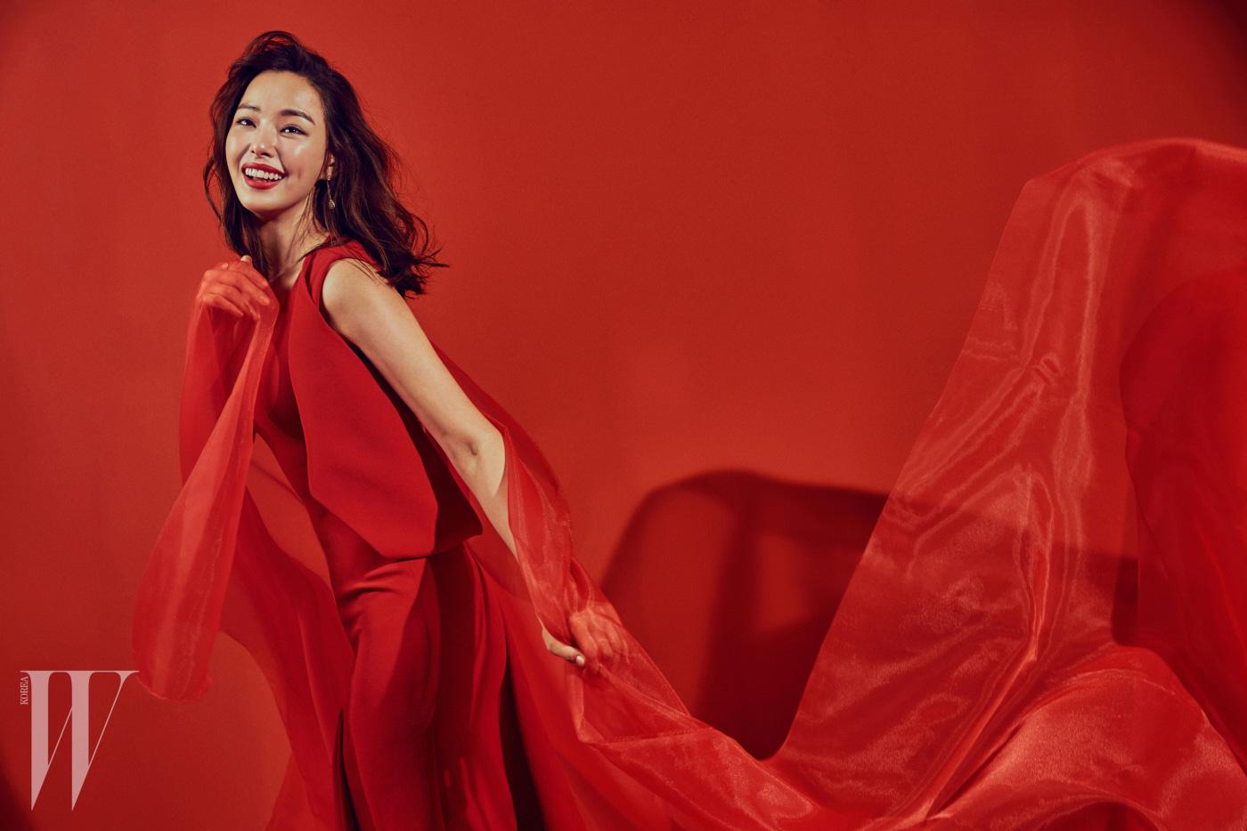 붉은색 드레스는 Publica, 귀고리와 반지는 Boucheron 제품.