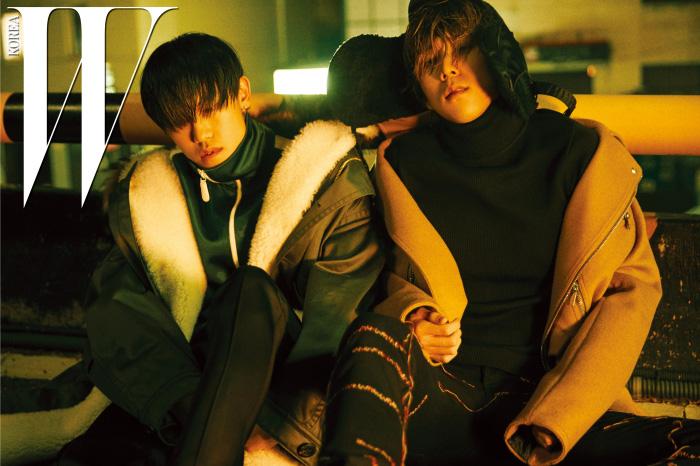 왼쪽부터|심야가 입은 큼지막한 크기의 밀리터리 점퍼와 녹색 트랙 톱, 검정 팬츠는 모두 Burberry 제품. 프랭크가 입은 베이지색 코트와 터틀넥, 스티치 장식의 팬츠는 모두 Dior Homme, 트루퍼 햇은 Junya Watanabe 제품.
