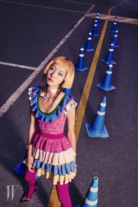 러플 장식 드레스는 Alexander McQueen, 꽃 장식 목걸이는 Vintage Hollywood, 하트 장식 슈즈는 Prada 제품.