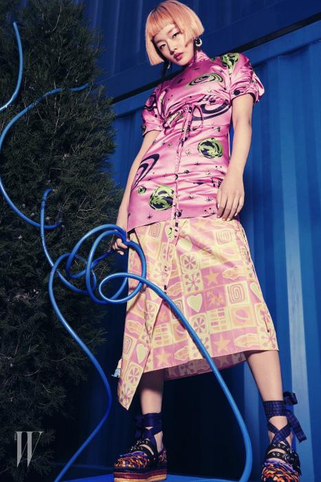 우주 프린트 실크 미니 드레스, 랩스커트, 발레리나 위빙 슈즈는 모두 Miu Miu 제품.