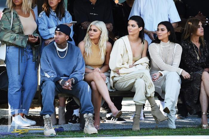 (왼쪽에서 두 번째) 카일리 제너(Kylie Jenner) / 1997년생 / 부: 브루스 제너(케이틀린 제너) / 모: 크리스 제너 & (왼쪽에서 세 번째) 켄들 제너(Kendall Jenner) / 95년생