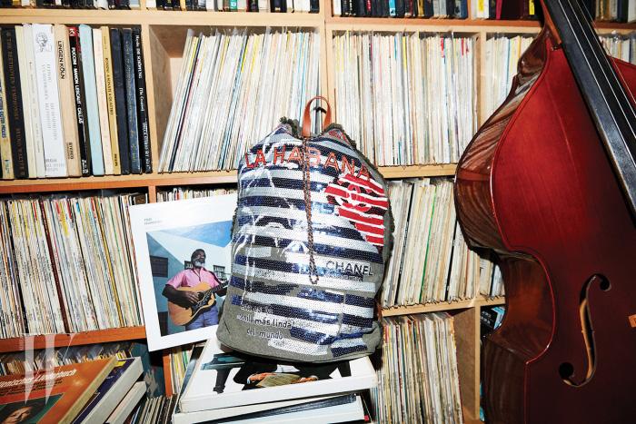 재즈 아티스트 테드 허킨스의 앨범과 함께 놓인 스팽글 장식 백팩은 샤넬 제품. 가격 미정.