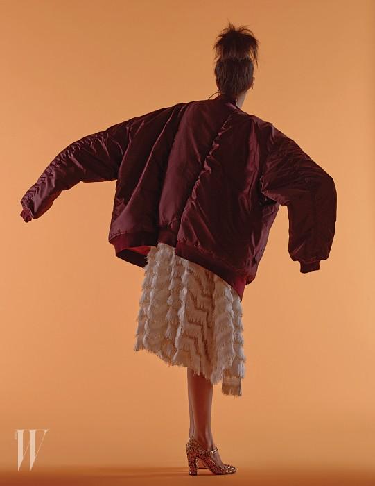 재킷은 베트멍 by 10 꼬르소 꼬모 제품. 2백13만원. 화려한 프린지 장식 드레스와 금색 글리터링 힐은 모두 돌체&가바나 제품. 가격 미정. 링 귀고리는 먼데이 에디션. 5만9천원.