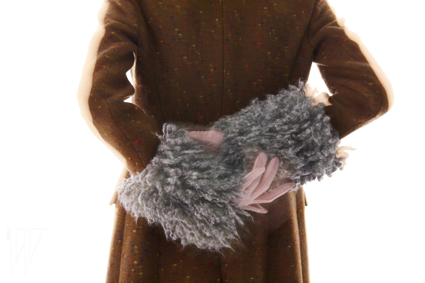 거칠고 풍성한 페이크 퍼가 달린 카키색 모직 코트는 크리스토퍼 케인 제품. 3백35만원.
