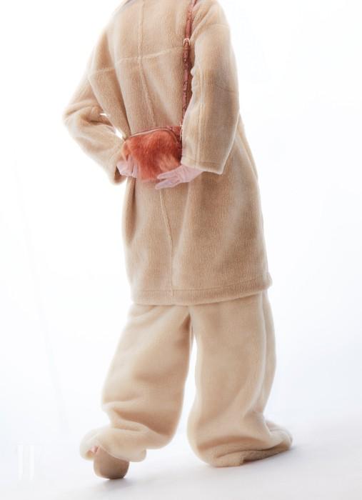 테디 베어 질감의 페이크 무톤 코트는 스튜디오 톰보이 제품. 39만9천원. 페이크 퍼 와이드 팬츠는 프리마돈나 제품. 가격 미정. 앙증맞은 사이즈의 핑크색 숄더백은 에센셜 제품. 26만8천원.
