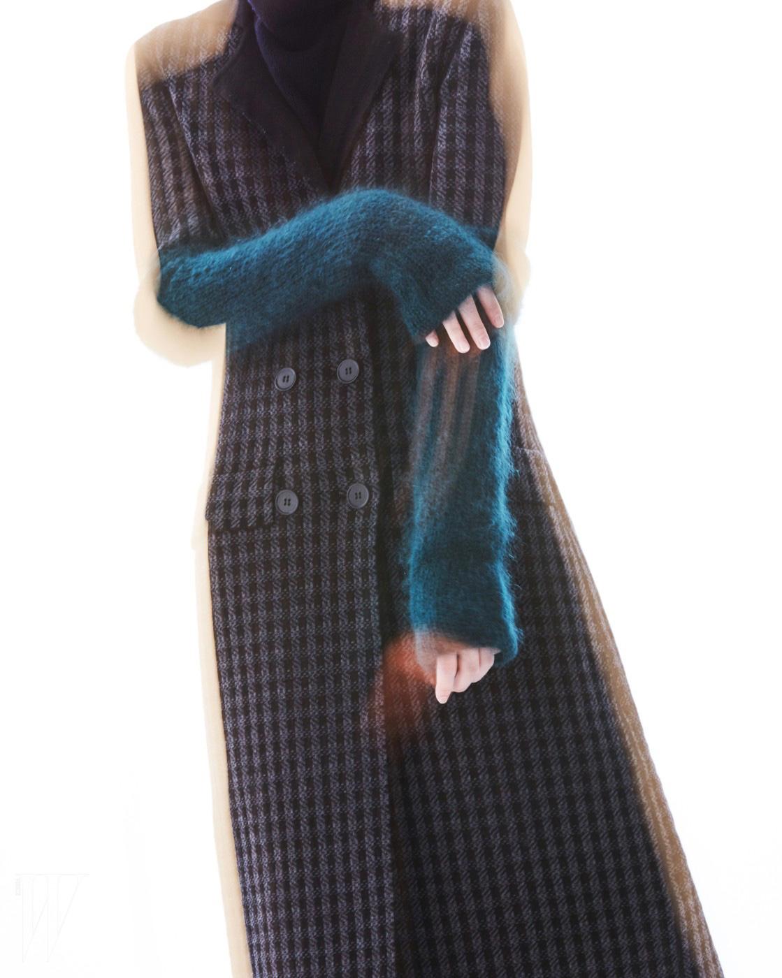 클래식한 체크 코트는 보테가 베네타 제품. 가격 미정. 코트 위에 착용한 청록색 캐시미어 팔 워머는 토즈 제품. 가격 미정.