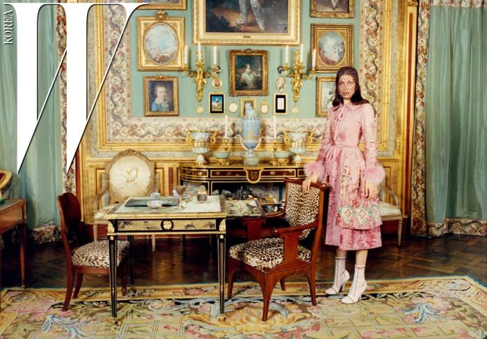 손목에 모피를 트리밍한 분홍색 코트와 앵클부츠는 Fendi Haute Fourrure, 베일은 Philip Treacy London 제품.