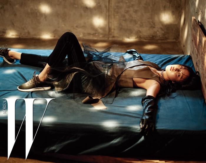 모델 김성희가 착용한 카키색 운동화는 Tubular Shadow, 검은색 트레이닝 팬츠는 Adidas Originals, 가죽 절개 톱은 Missha, 데님 스커트는 Junya Watanabe Comme des Garcons 제품.