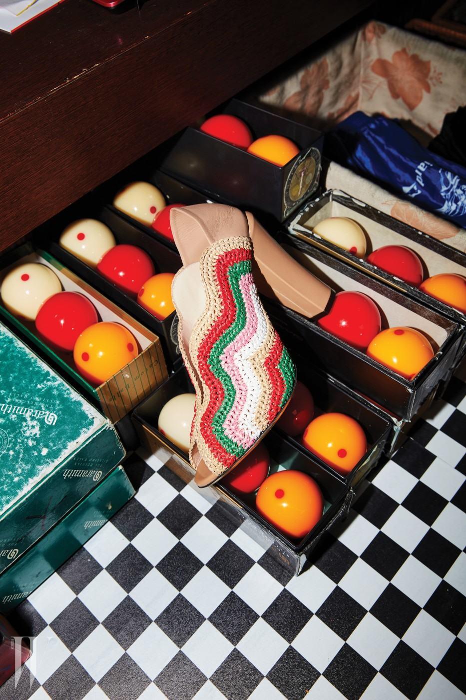 라피아로 물결무늬를 표현한 슈즈는 펜디 제품. 1백58만원.