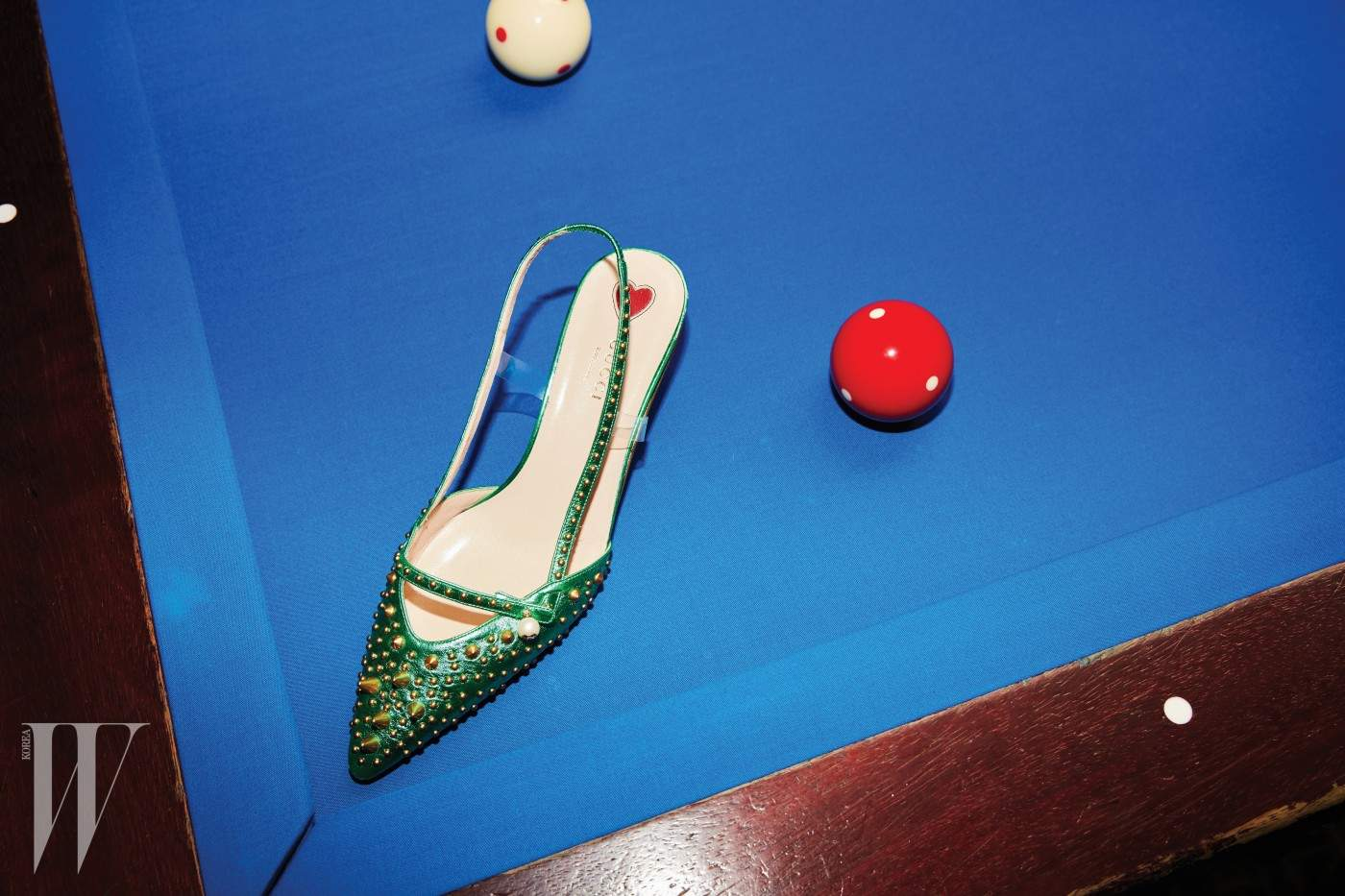 스터드가 장식된 메탈릭한 초록색 뮬은 구찌 제품. 1백34만원.