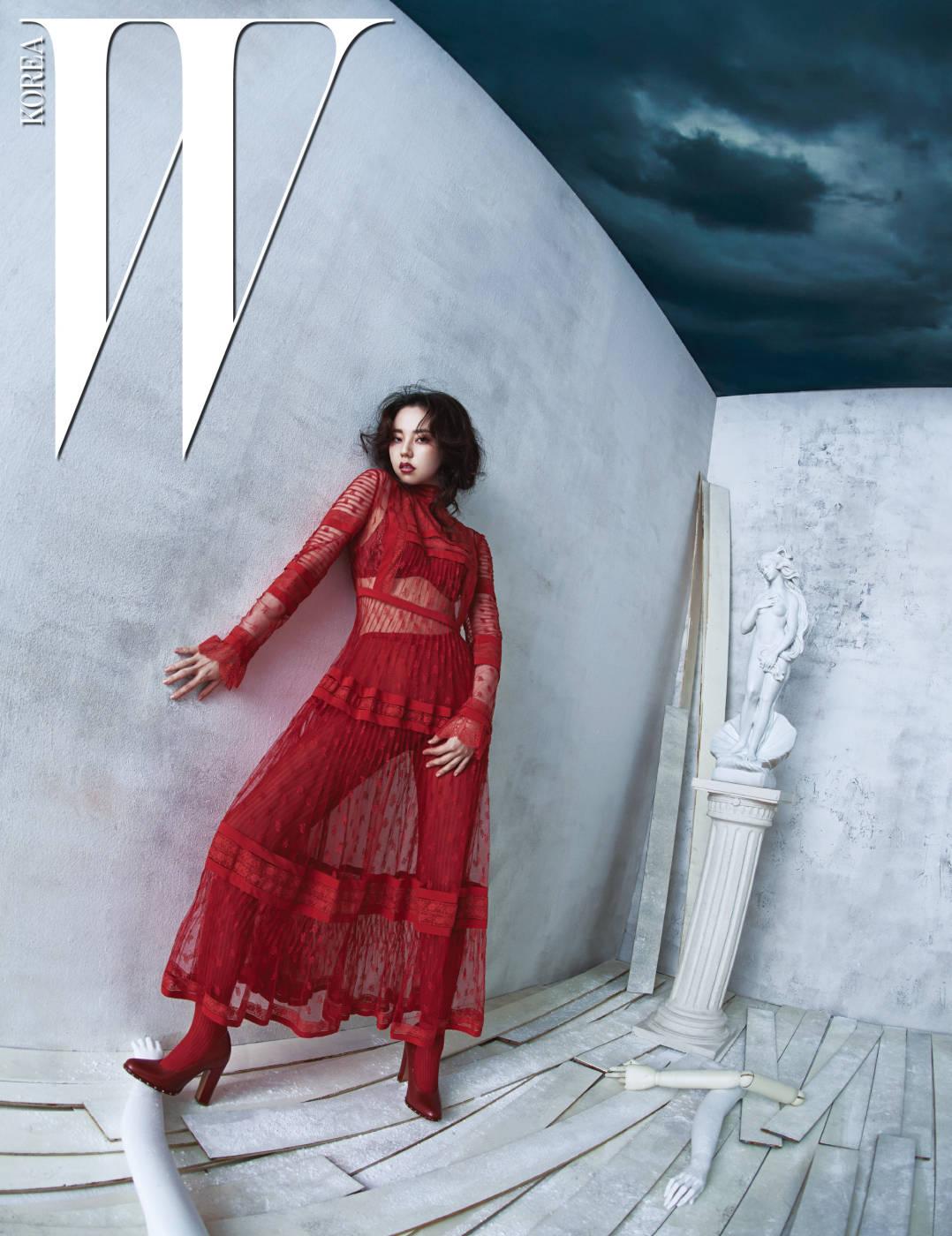강렬하면서도 소녀적인 느낌을 주는 새빨간 시스루 드레스와 니트 소재 타이츠, 스터드 장식 슈즈는 모두 Valentino 제품. 빨간 브라는 스타일리스트 소장품.