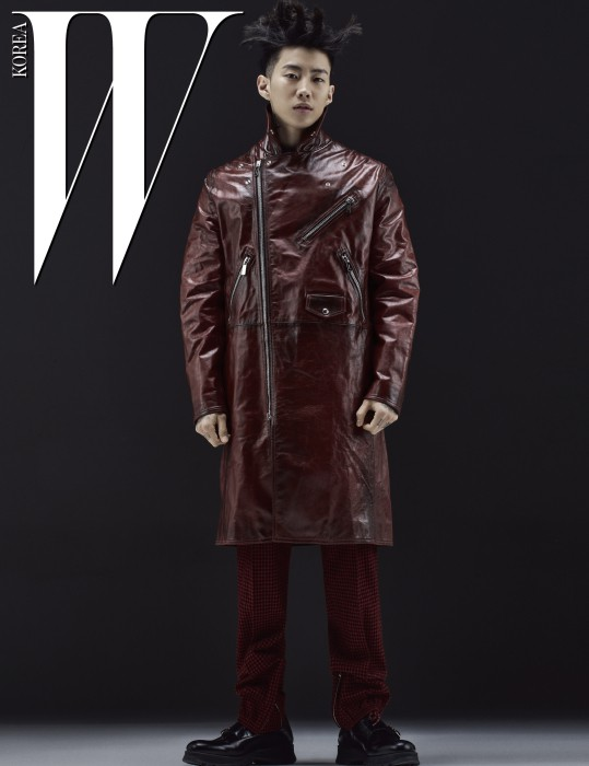 광택이 도는 지퍼 장식 코트와 체크무늬 팬츠, 검은색 슈즈는 Dior Homme 제품.