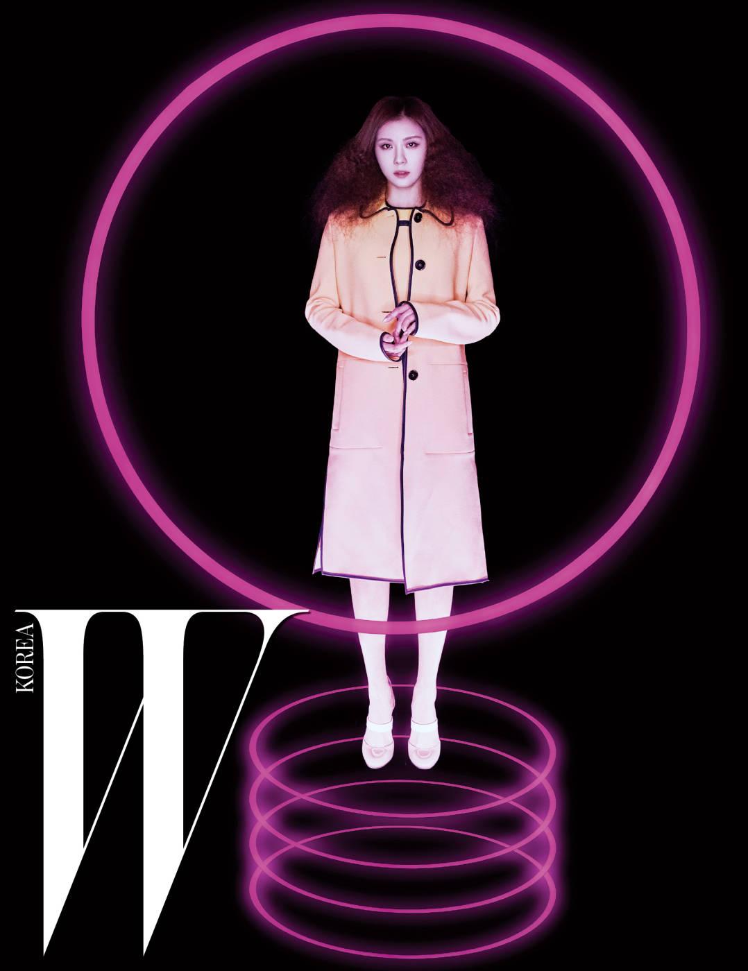 미니멀한 실루엣의 코트와 드레스, 스트랩 슈즈는 모두 Bottega Veneta 제품.