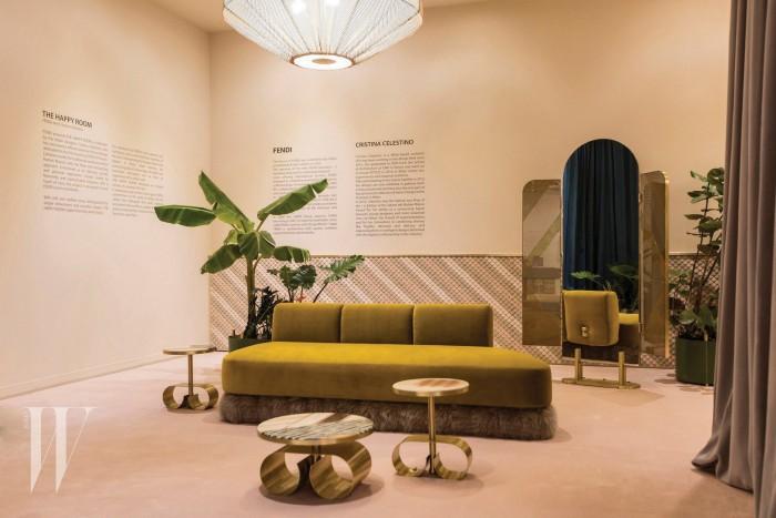 크리스티나 첼레스티노가 디자인한 최초의 이동식 펜디 VIP 룸. '행복한 방'으로 일컬어진 이 공간에는 브랜드의 아이덴티티가 담긴 퍼 장식 소파와 퍼 인레이에서 영감을 받은 그래픽 모티프의 커피 테이블 등이 놓였다.