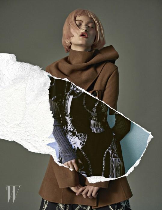 캐멀 코트는 디올 제품. 가격 미정. 네이비 드레스는 에르메스 제품. 가격 미정. 회색 니트 톱은 DKNY 제품. 39만5천원.