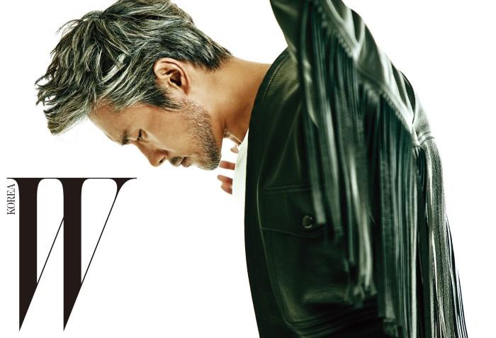 프린지 장식의 가죽 재킷은 Givenchy by Riccardo Tisci 제품.
