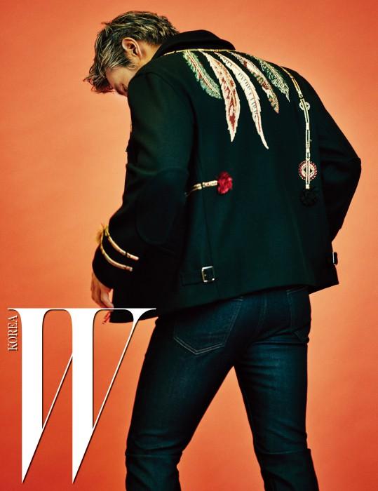 에스닉한 무드의 나뭇잎 자수가 장식된 재킷은 Valentino, 데님 팬츠는 A.P.C. 제품.