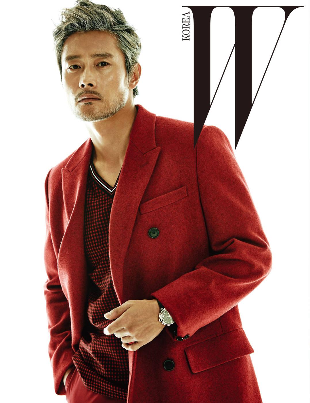 붉은빛의 모직 코트, 체크 패턴의 브이넥 니트 톱, 빨간색 팬츠는 모두 Dior Homme, 시계는 Cartier 제품.