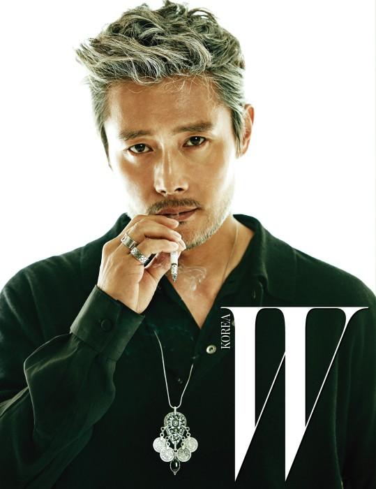 피케 니트 톱, 안에 입은 검은색 셔츠는 Givenchy by Riccardo Tisci, 보헤미안풍 은목걸는 Pilgrim, 실버 링은 Gucci Timepiece & Jewelry 제품.