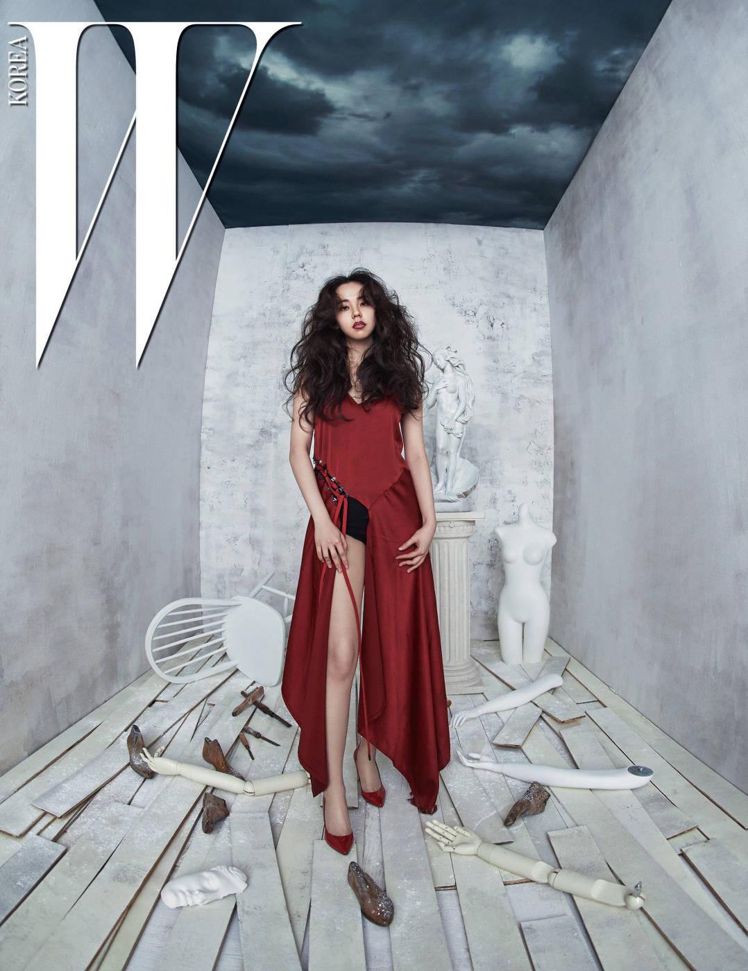 옆트임이 독특한 새빨간 롱 드레스는 DKNY 제품. 안에 입은 검은색 보디슈트는 스타일리스트 소장품.