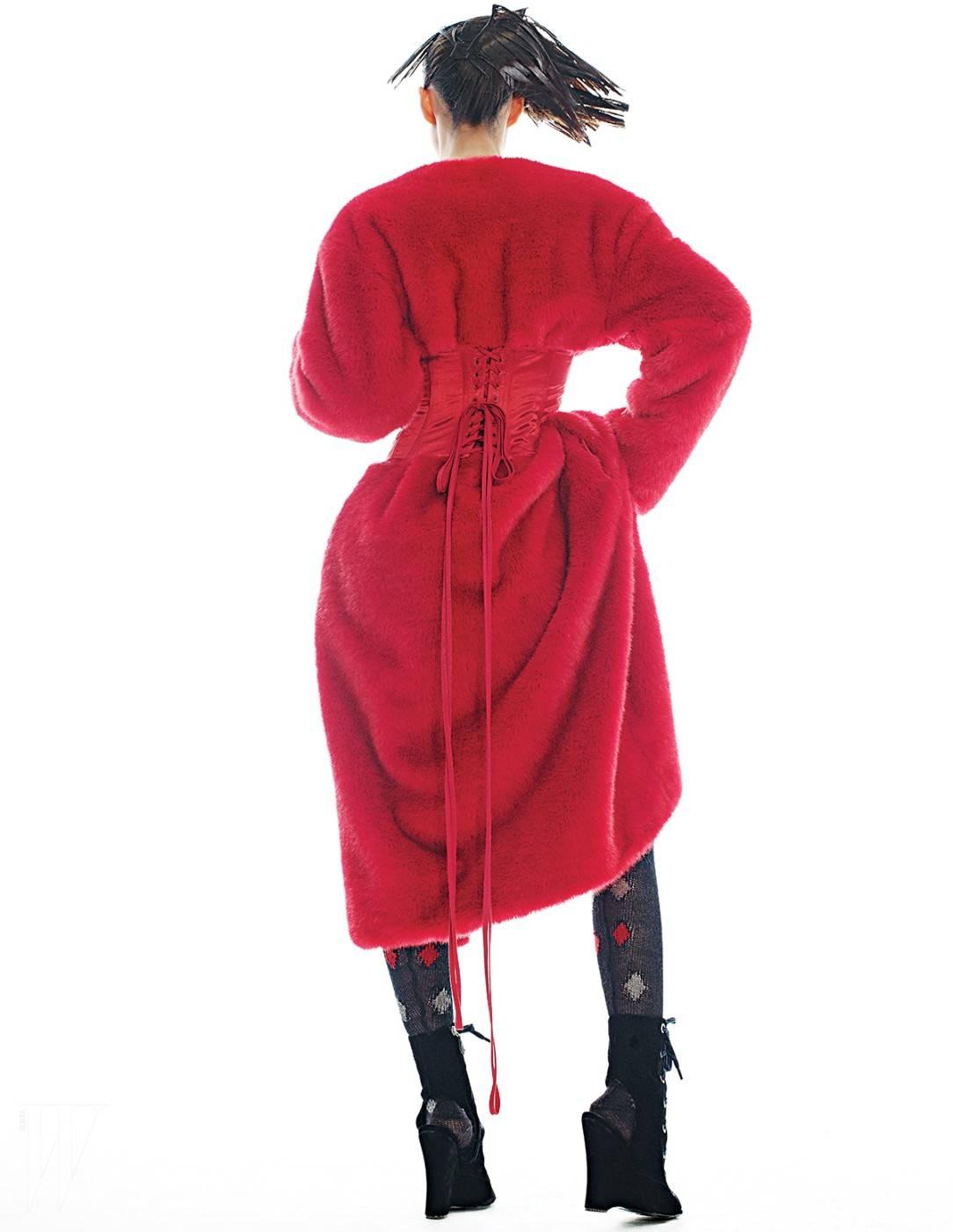 코르셋 디테일이 특징인 빨강 퍼 코트는 푸시버튼 제품. 가격 미정. 아가일 체크무늬 니트 타이츠와 벨벳 소재의 웨지 슈즈는 프라다 제품. 모두 가격 미정.