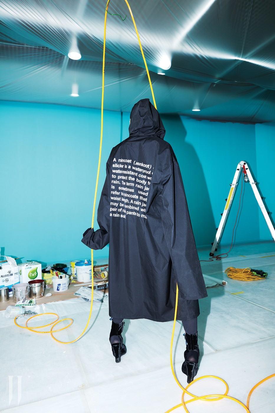 레터링 프린트의 레인 재킷은 베트멍 제품. 20만원대. 웨지 슈즈는 프라다 제품. 가격 미정 .