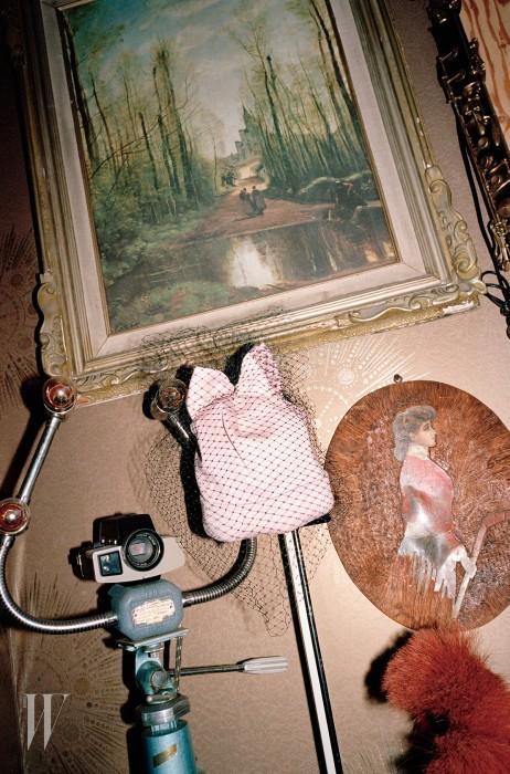 망사 장식과 리본이 달린 분홍색 비니는 페데리카 모레티 by 아마빌리아 제품. 17만원.