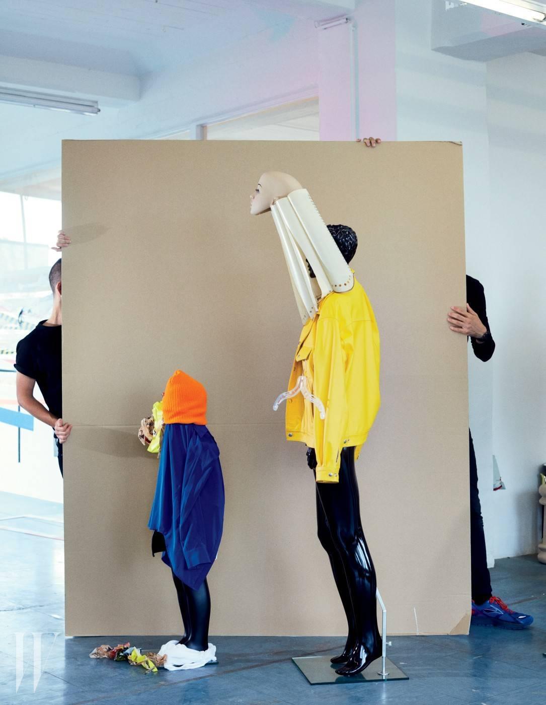 왼쪽 마네킹이 입고 쓴 재킷과 비니는 작가 소장품, 셔츠는 DKNY, 발 부분에 놓인 흰색 탱크톱은 얼터너티브 어패럴 제품. 오른쪽 마네킹이 입은 재킷은 작가 소장품.